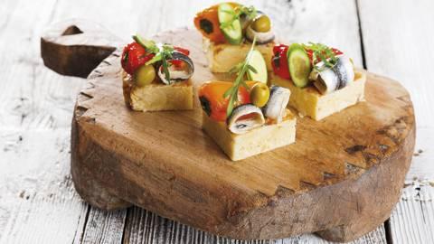 Pinchos de tortilha com filetes de biqueirão