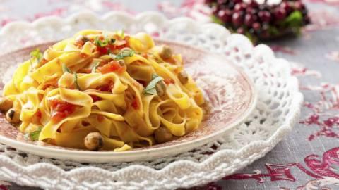 Receita Vegetariana - Salada de Pasta Fresca com Queijo de Cabra e Avelãs Torradas