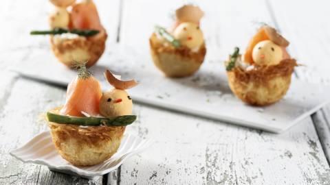 Ninhos de batata com salmão fumado e ovos