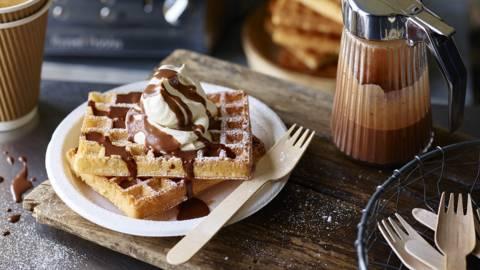 Waffles de banana com cobertura de chocolate e baunilha