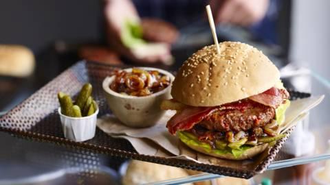 Hambúrguer picante com doce de cebola e bacon
