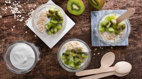 Flocos de aveia com kiwi e iogurte natural