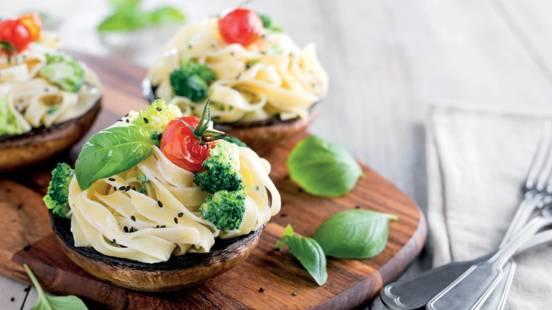 Tagliatelle com cogumelos portobello e brócolos