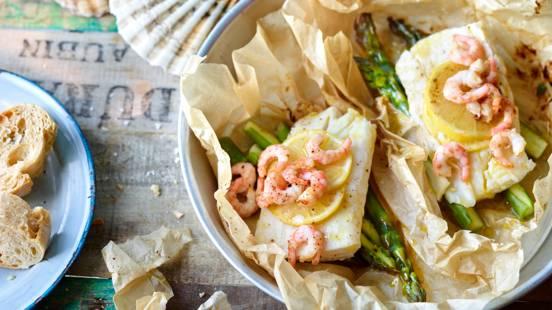Papelotes de arinca e camarão com espargos verdes