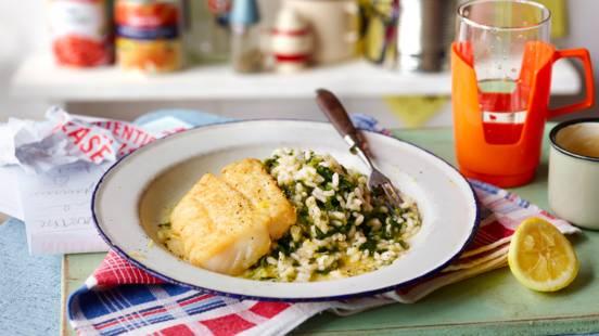 Risoto de espinafres com peixe frito