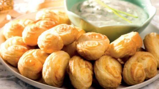 Palmiers de queijo com molho de iogurte e ervas