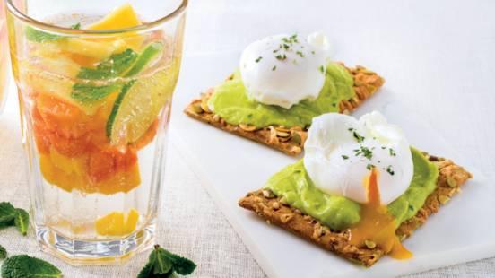 Tosta com Abacate, Ovo e Molho de Iogurte Grego