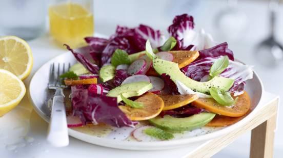 Salada de Dióspiro e Abacate em Cama de Couve Roxa