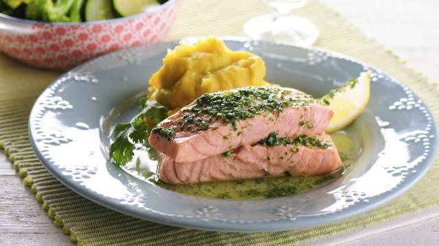 Receita Monsieur Cuisine - Salmão com Manteiga de Coentros