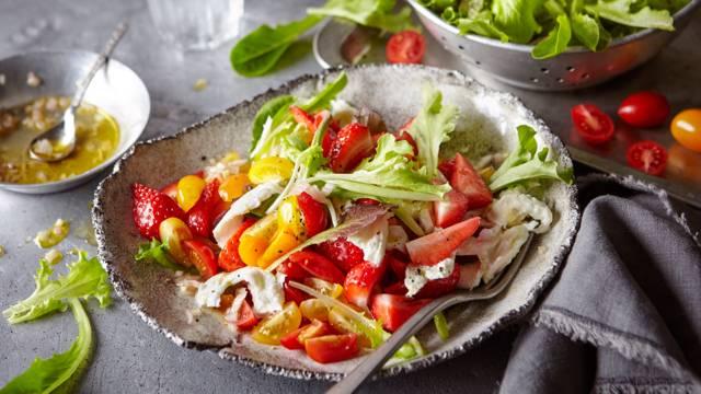 Salada colorida de tomate com morangos