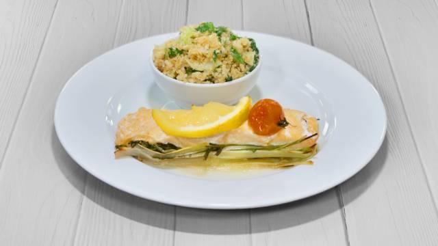 """Papelote de salmão com """"arroz"""" de couve flor"""