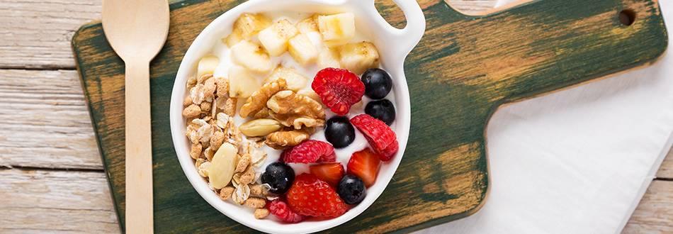 Bowl de Iogurte, Frutos do Bosque e Banana, com Aveia e Frutos Secos