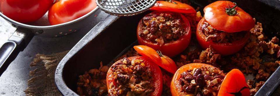Tomate recheado com feijão e carne picada