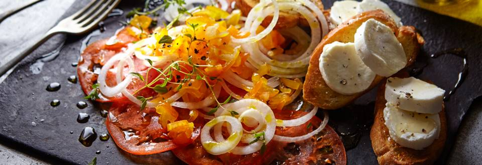Receita Vegetariana - Carpaccio de Tomate com Torradas de Queijo de Cabra