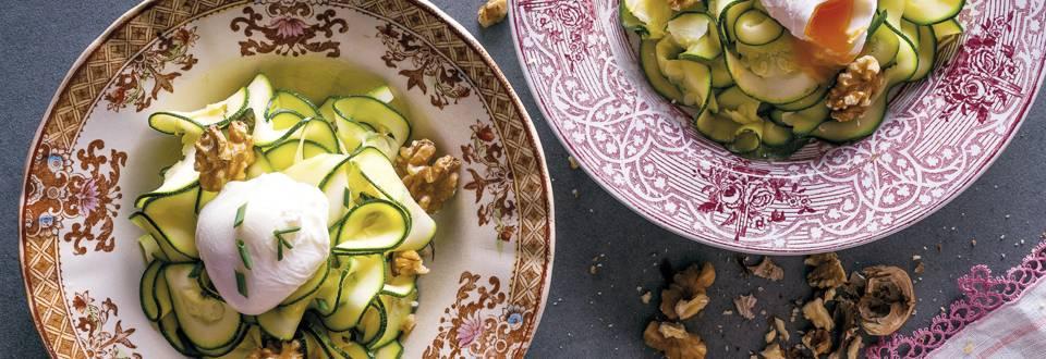 Receita Vegetariana - Salada Quente de Curgetes com Ovo Escalfado e Nozes